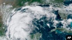Imagen satelital de la Oficina Nacional de Administración Oceánica y Atmosférica de Estados Unidos (NOAA, por sus siglas en inglés) que muestra la tormenta tropical Nicholas en el golfo de México, el domingo 12 de septiembre de 2021.