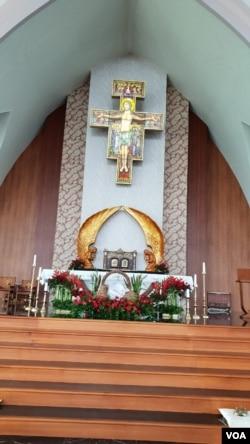 Bagian dalam Gereja Santa Clara, Bekasi, 24 Desember 2019. (Foto: Fathiyah Wardah/VOA)