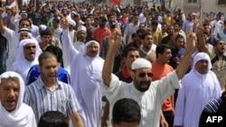 Những người biểu tình chống đối tại Bahrain đòi chính phủ từ chức và thiết lập một hệ thống chính trị để cho khối dân Hồi giáo Shia có tiếng nói mạnh hơn