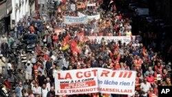 12일 프랑스 남부 항구도시 마르세유에서 노동자들이 정부의 노동개혁에 반대하는 대규모 시위를 벌이고 있다.