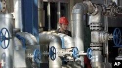 중국 지린성의 '페트로차이나' 정유공장에서 직원이 장비를 점검하고 있다. (자료사진)