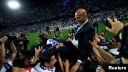 Zinedine Zidane célèbre la victoire du Real Madrid à Malaga, en Espagne, le 21 mai 2017.