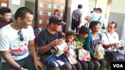 Dari kiri ke kanan: Loarence Castillo, ayah Mary Jane Caesar Veloso, anak Mary Jane: Mark Daniel dan Mark Darren, Ny. Celia Veloso dan salahsatu pengacara Mary Jane yang tampak gembira menyiapkan hadiah untuk Mary Jane (VOA/Munarsih).