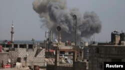 Kepulan asap hitam terlihat membumbung pasca serangan yang disebut serangan udara oleh pasukan setia Presiden Bashar al-Assad di wilayah Duma, dekat Damaskus, 24 April 2014 (Foto: dok).