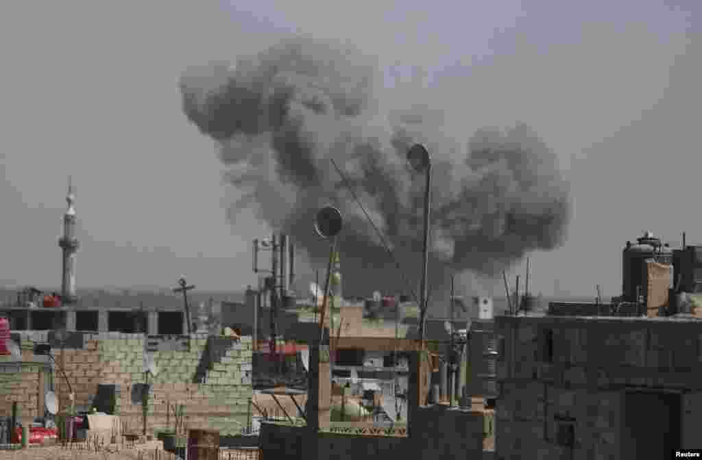 Smoke rises after what activists said was an air strike by forces loyal to Syria's President Bashar al-Assad on the outskirts of the Duma neighborhood of Damascus, April 24, 2014.