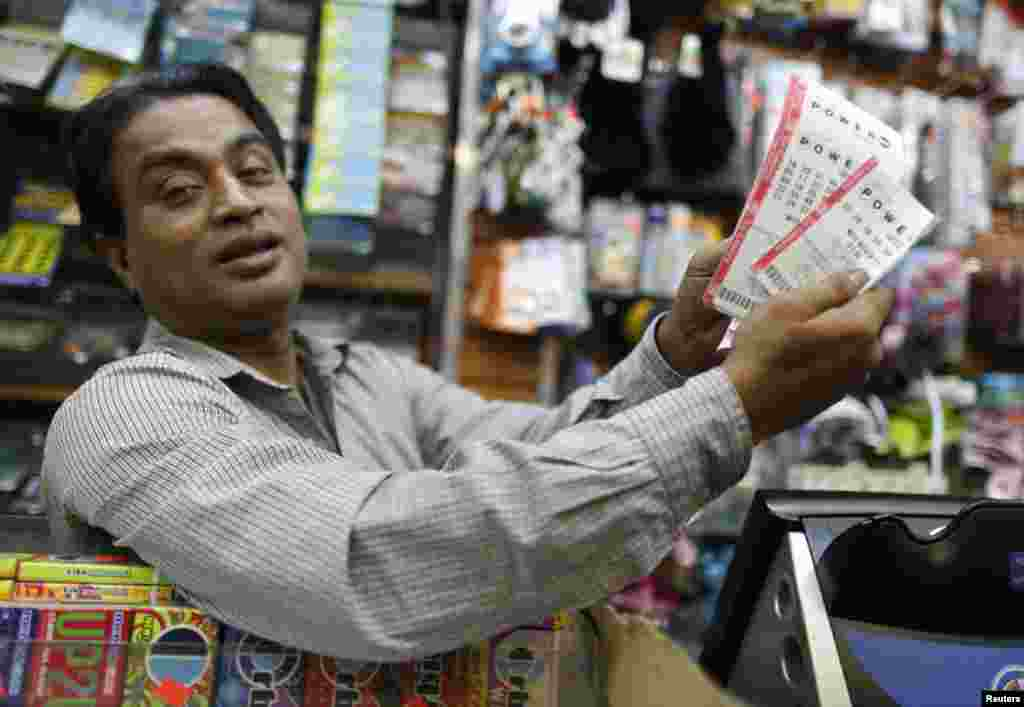 Kaiher Ahmed sells Powerball lottery tickets in his bodega on the Upper East Side in New York November 27, 2012. The top prize in Wednesday's Powerball lottery is currently a record $425 million. REUTERS/Carlo Allegri (UNITED STATES - Tags: BUSINESS SOCIETY)
