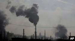 کارخانوں کی چمنیوں سے خارج ہونے والا دھواں فضائی آلودگی کا ایک بڑا سبب ہے۔