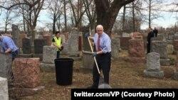Віце-президент США Майк Пенс прибирає єврейське кладовище у Міссурі після нападу вандалів