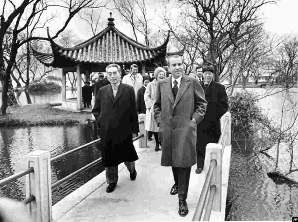 """1972年2月26日中国总理周恩来陪美国总统尼克松游览杭州西湖。尼克松和美国国务卿基辛格同周恩来、中国外交部副部长乔冠华在杭州刘庄(即西湖国宾馆)商定《中美联合公报》的文本。2003年,中国总理温家宝说:""""不久前,我到过中国杭州,漫步在当年中美谈判上海公报的刘庄八角亭边,面对波光荡漾的西湖,不禁感慨万千。""""""""1972年发表上海公报时,两国贸易几乎为零,美国政府为表示对中国的友好,破例允许美国公民回国时可带回100美元中国制造的商品。"""""""