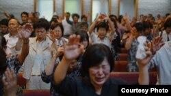 13일 미국 워싱턴 인근 메릴랜드의 베델교회에서 '북한 동족과 통일을 위한 통곡기도회'가 열렸다. 참석자들이 함께 기도하고 있다. 사진 제공: 노체인.