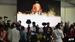 Para wartawan India meliput perkembangan pendarat bulan Vikram dari fasilitas Organisasi Penelitian Antariksa India (ISRO) di Bangalore, 6 September 2019. (Foto: AFP)