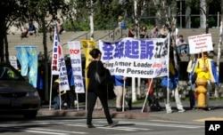 Nhóm Pháp Luân Công biểu tình gần khách sạn nơi Chủ tịch Trung Quốc Tập Cận Bình ở, ngày 22/9/2015.
