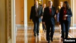 미치 맥코넬 미 공화당 상원 원내대표(오른쪽 2번째)가 27일 예산안 표결을 위해 상원 회의장으로 향하고 있다.