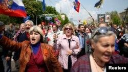 2014年5月1日乌克兰东部顿涅茨克: 游行者在国际劳动节呼喊口号并挥舞俄罗斯国旗