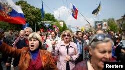 Učesnici prvomajske parade u Donjecku mašu ruskim zastavama, 1. maj, 2014.