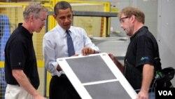 El presidente Obama durante una visita a una fábrica en Menomonee Falls, Wisconsin, con el objetivo de destacar el impacto del plan del estimulo en el empleo.