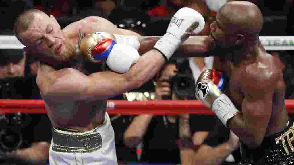 Floyd Mayweather Jr. et Conor McGregor se battent, lors d'un match de boxe le 26 août 2017 à Las Vegas.