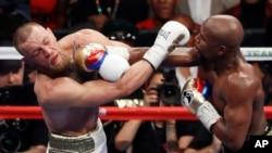 Mayweather, à gauche, et McGregor Boxant super walter, à Las Vegas, USA le 26 aout 2017