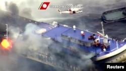 """希腊货轮""""诺曼大西洋号""""在亚德里亚海海域起火燃烧。"""