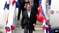 中國外交部長王毅抵達老撾參加有關新冠病毒問題的東盟-中國特別外長會議。 (2020年2月19日)