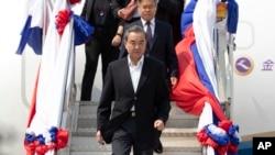 中國外交部長王毅抵達老撾參加有關新冠病毒問題的東盟-中國特別外長會議(美聯社2020年2月19日)
