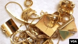 Berbagai jenis perhiasan terbuat dari emas, baik yang masih utuh maupun yang putus, dibawa orang-orang yang diundang ke acara gold party untuk dijual.