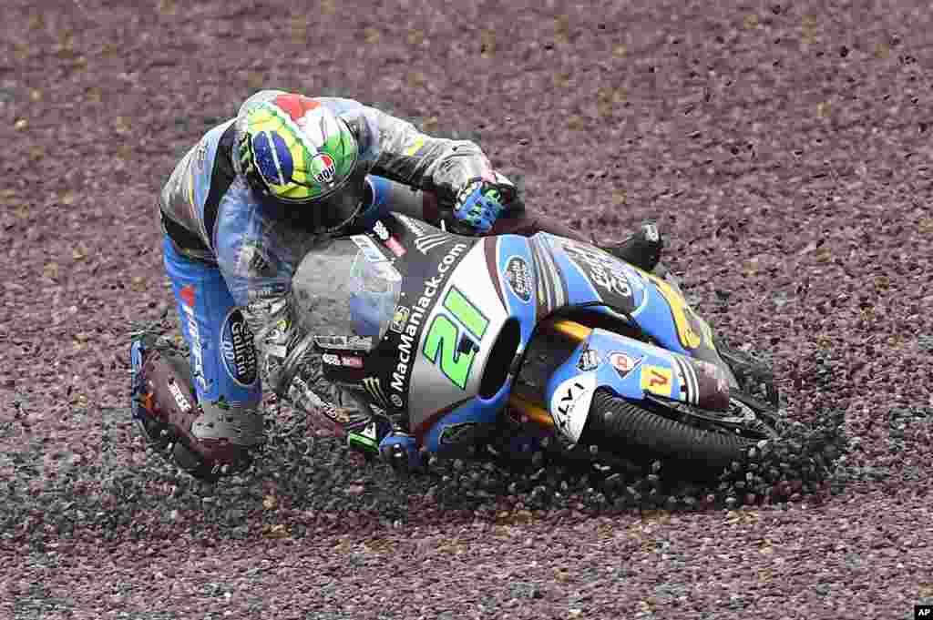 Pebalap Moto2, Franco Morbidelli dari Italia terjatuh dalam lomba balap motor di Sachsenring, Hohenstein-Ernstthal, Jerman.
