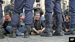 記者無國界組織的活動人士去年9月在巴黎靜坐抗議,被防暴警察包圍