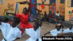 乌干达孩子在武馆学功夫,长大要做动作片明星。(2014年10月9日)