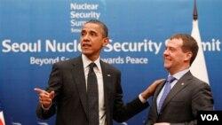 Presiden AS Barack Obama berbincang dengan Presiden Rusia Dmitry Medvedev pada KTT Nuklir di Seoul (26/3).