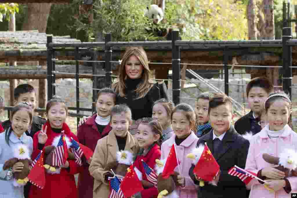 美国第一夫人梅拉尼娅·特朗普参观北京动物园,把美国秃鹰玩具送给欢迎她的儿童(2017年11月10日)。