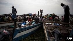 Des Congolais déplacés près de Lac Albert pour aller en Ouganda, le 5 mars 2018.