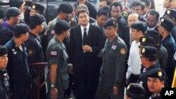 살인 혐의로 기소된 아피신 웨차치와 전 태국 총리(가운데)가 12일 방콕 법정에 출석했다.