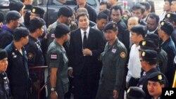 """Cựu thủ tướng Thái Lan Abhisit Vijajiva được bảo lãnh tại ngoại sau khi bị khởi tố về tội giết người trong cuộc đàn áp những người biểu tình phe """"Áo đỏ"""" năm 2010."""