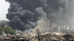 دود برخاسته از انفجار در اطراف محل استقرار معمر قذافی در باب العزیزیه در مرکز طرابلس - ۷ ژوئن ۲۰۱۱