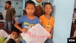 Anak pengungsi Syiah Sampang di rumah susun Puspa Agro, Sisoarjo, Jawa Timur, menanti kapan bisa pulang ke kampung halalaman (Foto: VOA/Petrus Riski)