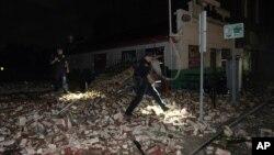 Policija pretražuje ruševine zgrade u Nju Orleansu koja se srušila u naletu uragana Ajda (Foto: AP/Eric Gay)