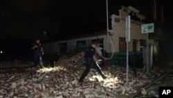 New Orleans'ta polis memurları, kasırga nedeniyle yıkılan bir binanın enkazını inceliyor.