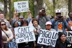 지난 2014년 4월 미국 워싱턴의 의회 건물 앞에서 시위대가 최저 임금 인상을 촉구하는 시위를 벌이고 있다.