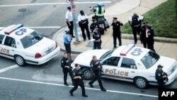 3일 총격이 발생한 미국 워싱턴 의회 건물 주변에 경찰들이 출동해 있다.