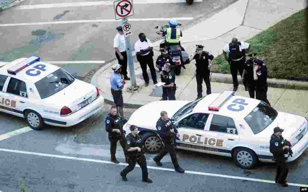 Polisi wakifuatilia hali hiyo Capitol Hill baada ya milio ya bunduki kuripotiwa karibu na mitaa ya 2nd Street NW na Constitution Avenue.