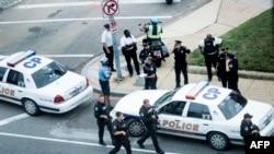 Aparat keamanan di luar gedung Capitol Hill, Washington, DC, setelah terjadinya penembakan, Kamis (3/10).