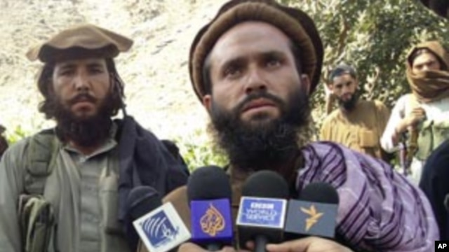 Pakistani Taliban group commander Mullah Dadullah (R), speaks to the media in the Afghanistan-Pakistan border area of Kunar and Bajaur tribal region, September 6, 2011.