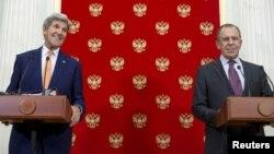 지난달 24일 모스크바를 방문한 존 케리 미 국무장관(왼쪽)이 크렘린 궁에서 세르게이 라브로프 러시아 외무장관과 공동기자회견을 하고 있다. (자료사진)