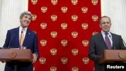 روسی وزیر خارجہ (دائیں) اپنے امریکی ہم منصب جان کیری کے ساتھ پریس کانفرس میں۔