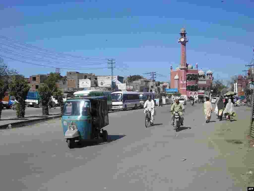 پاکستان کے تاریخی شہر لاہور کی سڑک کا ایک منظر۔