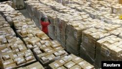 미국 델라웨어주는 소비세를 붙이지 않아 기업들의 천국이라고 한다. 델라웨어주 뉴캐슬의 아마존 물류공장에서 직원이 배송 물품을 점검하고 있다.