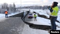 Một chiếc xe bị mắc kẹt nằm trên một con đường bị đứt gãy gần sân bay sau một trận động đất ở Anchorage, bang Alaska, Mỹ, ngày 30 tháng 11, 2018.