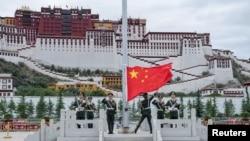 中國軍人在西藏拉薩布達拉宮前升起中國國旗。(2017年7月1日)
