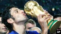Tuyển thủ Fabio Grosso hôn cúp sau khi đội tuyển quốc gia Italy giành chức vô địch World Cup 2006 ở sân vận động Olympic ở Berlin.